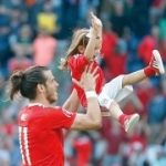 Милота на Евро. Дочка самого быстрого футболиста мира играет с папой в догонялки